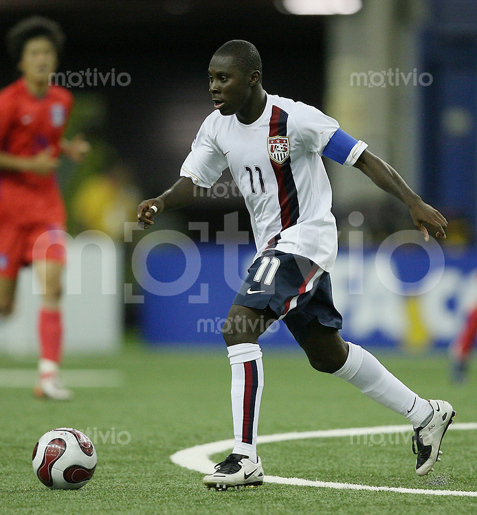 Fussball International U 20 WM Eroeffnungsspiel Korea 1-1 USA Freddy Adu (USA) am Ball