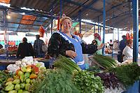20 OCT 2001, DUSCHANBE/TAJIKISTAN:<br /> Marktfrau verkauft frisches Gemuese auf einem Markt in Duschanbe, der Hauptstadt von Tadschikistan<br /> IMAGE: 20011020-01-040<br /> KEYWORDS: Frau, woman