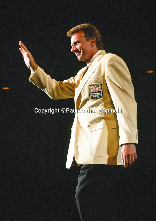 Former San Francisco 49ers quarterback Joe Montana waves during the NFL Pro Football Hall of Fame civic dinner held on the weekend he was inducted into the NFL Pro Football Hall of Fame on July 28, 2000 in Canton, Ohio. (©Paul Anthony Spinelli)