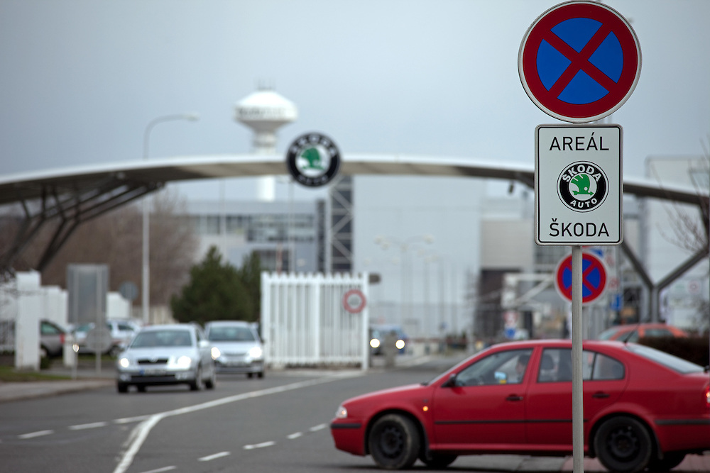 Haupteingang zu den Skoda Autowerken im Zentrum von Mlada Boleslav. Mlada Boleslav liegt noerdlich von Prag und ist ungefaehr 60 Kilometer von der tschechischen Haupstadt entfernt. Skoda Auto besch&auml;ftigt in Tschechien 23.976 Mitarbeiter (Stand 2006), den Grossteil davon in der Zentrale in Mlada Boleslav. Damit sind mehr als 3/4 aller Erwerbst&auml;tigen der Stadt in dem Automobilkonzern t&auml;tig.<br /> <br />                                       Main entrance to the Skoda car factory in Mlada Boleslav. The city is located north of Prague and about 60 km away from the Czech capital. Skoda Auto has about 23.976 employees (2006) in Czech Republic and a big part of them is working in Mlada Boleslav. 3/4 of the working population in Mlada Boleslav is working for the Skoda Auto company.