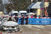 Ludwigshafen. 24.10.14 Nach der verheerenden Gasexplosion am Donnerstag in Ludwigshafen-Oppau hat die Feuerwehr das letzte Gasleck gegen drei Uhr am Freitagmorgen geschlossen. Das teilte die Feuerwehr auf Anfrage mit. Die Absperrung mit einem Radius von etwa 150 Meter rund um die Explosionsstelle wird derzeit aufgehoben. Die Bewohner, die in diesem Radius leben, k&ouml;nnen in ihren H&auml;usern bleiben. Zuvor hatten die Einsatzkr&auml;fte aufgrund des neu entdeckten Lecks noch keine Entwarnung gegeben.<br /> Am Freitag zeigt sich das Ausmass der Explosion.<br /> Bild: Markus Pro&szlig;witz 24OCT14 / masterpress