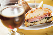 En sm&ouml;rg&aring;s, House Pork Pastrami Reuben med Gruyere, 1000 Island, Suerkraut p&aring; en Brioche. Till sm&ouml;rg&aring;sen rekommenderas sur&ouml;len 'Sang Noir' eller 'Elderberry'. The Barrel House, Portland, Oregon. <br /> Foto: Christina Sj&ouml;gren