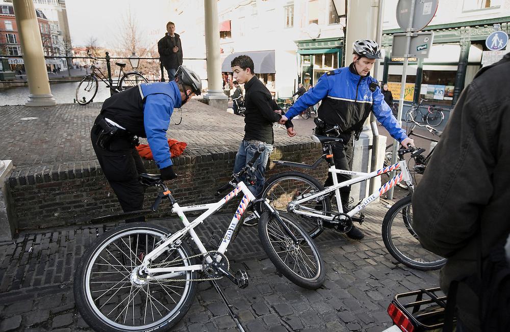 Nederland. Leiden, 23 november 2007.<br /> Scholierenprotst tegen de 1040 uren norm. Er werden 2 arrestaties verricht, een daarvan voor het trappen tegen een fiets (foto).<br /> Foto Martijn Beekman <br /> NIET VOOR TROUW, AD, TELEGRAAF, NRC EN HET PAROOL