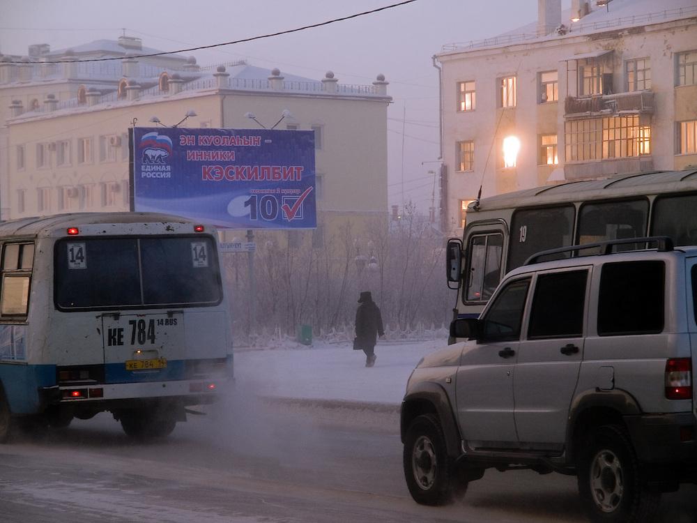 Strassenszene in der Innenstadt von Jakutsk. Jakutsk wurde 1632 gegruendet und feierte 2007 sein 375 jaehriges Bestehen. Jakutsk ist im Winter eine der kaeltesten Grossstaedte weltweit mit durchschnittlichen Winter Temperaturen von -40.9 Grad Celsius. Die Stadt ist nicht weit entfernt von Oimjakon, dem Kaeltepol der bewohnten Gebiete der Erde.<br /> <br /> Street scene in the city center of Yakutsk. Yakutsk was founded in 1632 and celebrated 2007 the 375th anniversary - billboard announcing the celebration. Yakutsk is a city in the Russian Far East, located about 4 degrees (450 km) below the Arctic Circle. It is the capital of the Sakha (Yakutia) Republic (formerly the Yakut Autonomous Soviet Socialist Republic), Russia and a major port on the Lena River. Yakutsk is one of the coldest cities on earth, with winter temperatures averaging -40.9 degrees Celsius.