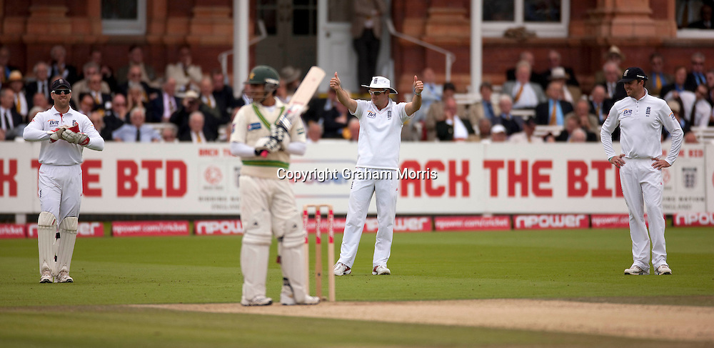 A double thumbs-up from captain Andrew Strauss during the final npower Test Match between England and Pakistan at Lord's.  Photo: Graham Morris (Tel: +44(0)20 8969 4192 Email: sales@cricketpix.com) 28/08/10