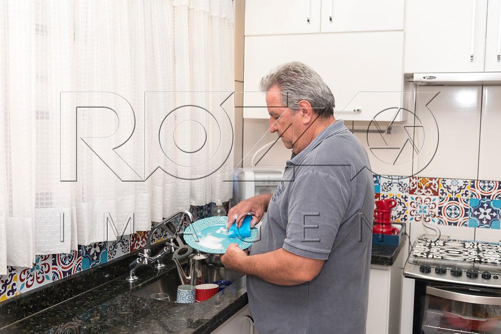 Homem lavando louça, São Paulo - SP, 11/2017.