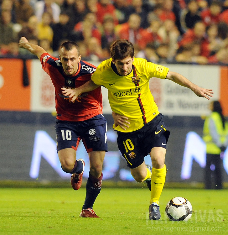 Osasuna's Patxi Punal (L) vies with Barcelona's Argentinian Lionel Messi (R) during a Spanish league football match, on October 31, 2009, at Reyno de Navarra stadium in Pamplona. PHOTO/Rafa Rivas