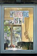 Nederland, the Netherlands, Nijmegen, 29-9-2015Welkomstboodschap op een raam im de wijk Brakkenstein. Deze grenst aan tentenkamp Heumensoord, de tijdelijke noodopvang, azc, van het COA voor 3000 asielzoekers.FOTO: FLIP FRANSSEN/ HH