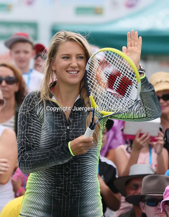 Brisbane International, ATP 250 World Tour WTA,Hardcourt Tennis Turnier in Brisbane,Australia,<br />  Profi Victoria Azarenka (BLR) spielt Tennis mit Kindern,Einzelbild,<br /> Halbkoerper,Hochformat,Portrait,Feature,