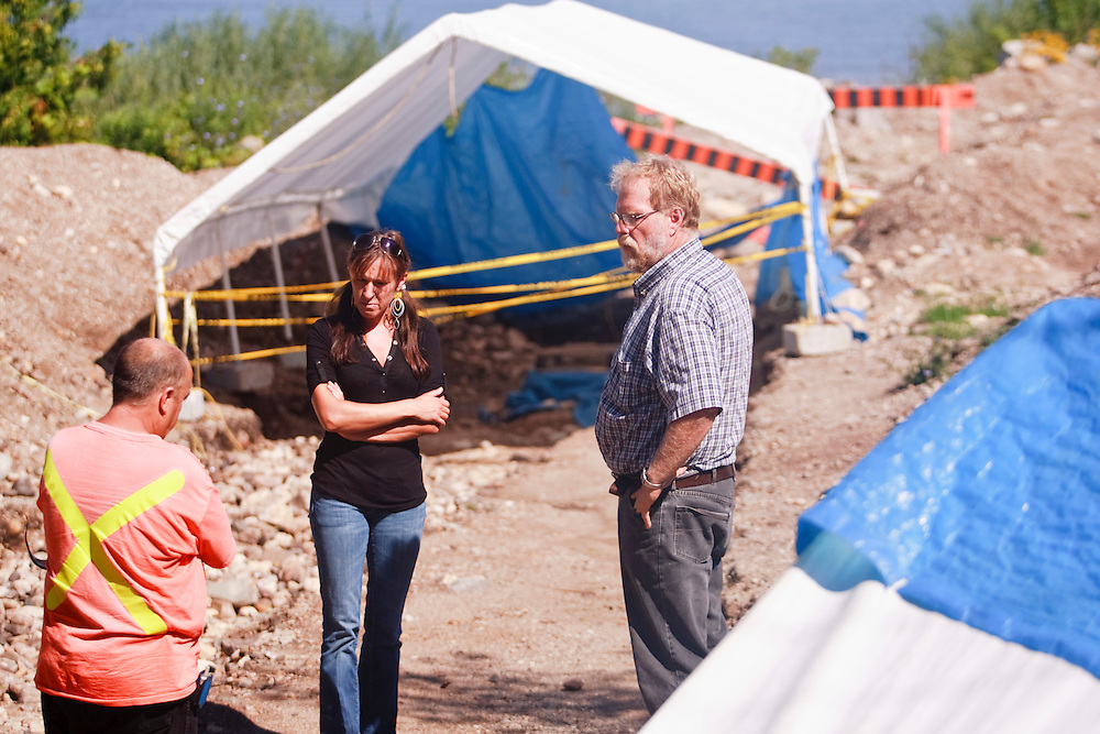 London, Ontario ---10-07-20--- Archeologists Bill Fitzgerald, right, and Angela Gunn talk with Saugeen Shores director of engineering services Dave Burnside at the site of an archeological dig at the mouth of the Saugeen River in Southampton, Ontario, July 20, 2010.<br /> GEOFF ROBINS The Globe and Mail