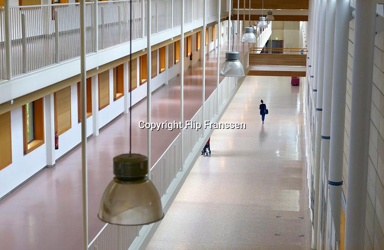 Nederland, Nijmegen, 22-5-2016Bezoekers in de gang, hal, van een ziekenhuis op een zondag.Foto: Flip Franssen/HH