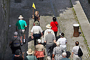 Duitsland, Passau, 8-6-2008Een groep,reisgezelschap van oudere toeristen loopt een gids,reisleidster achterna die vertelt over de stad.A group of elderly tourists is led by a guide wich tells about the city.Foto: Flip Franssen/Hollandse Hoogte