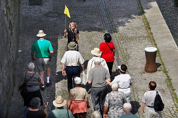 Duitsland, Passau, 8-6-2008Een groep,reisgezelschap van oudere toeristen loopt een gids,reisleidster achterna die vertelt over de stad.A group of elderly tourists is led by a guide wich tells about the city.Foto: Flip Franssen/Hollandse Hoogte