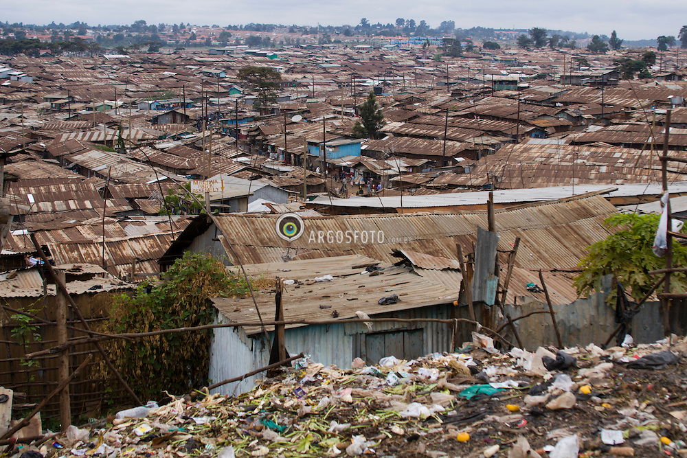 "Nairobi - Quenia. Kibera, a maior favela da Africa, onde vivem entre 1 e 1,5 milhoes de pessoas. / Kibera in Nairobi, Kenya is the largest slum in Africa with a population of perhaps 1 or 1,5 million. The name ""Kibera"" is derived from kibra, a Nubian word meaning ""forest"" or ""jungle."""
