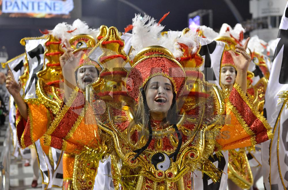 SAO PAULO, SP, 09 FEVEREIRO 2013 - CARNAVAL SP - X-9 PAULISTANA - Integrantes da escola de samba X-9 Paulista durante desfile no primeiro dia do Grupo Especial no Sambódromo do Anhembi na região norte da capital paulista, na madrugada deste sábado, 09. (FOTO: LEVI BIANCO - BRAZIL PHOTO PRESS).
