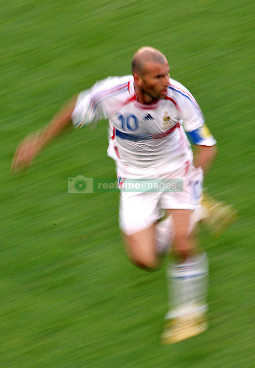 France's Zinedine Zidane in action during the World Cup 2006, Second round, France vs Spain at the AWD-Arena stadium in Hanover, Germany on June 27, 2006. France won 3-1. Photo by Gouhier-Hahn-Orban/Cameleon/ABACAPRESS.COM  Equipe de France de Football French Soccer Team Coupe du Monde de la FIFA Coupe du Monde de football FIFA World Cup Football World Cup Spanish Team Equipe d'Espagne Spanische Nationalmannschaft Zidane Zinedine Zidane Zinedine Activite sportive Sport Activity Soccer Foot Football Soccer Football Seule Seul Seuls Seules Alone Germany Deutschland Allemagne Hanover Hannover Hanovre En pied Full length  | 100870_46 Hanover Allemagne Germany