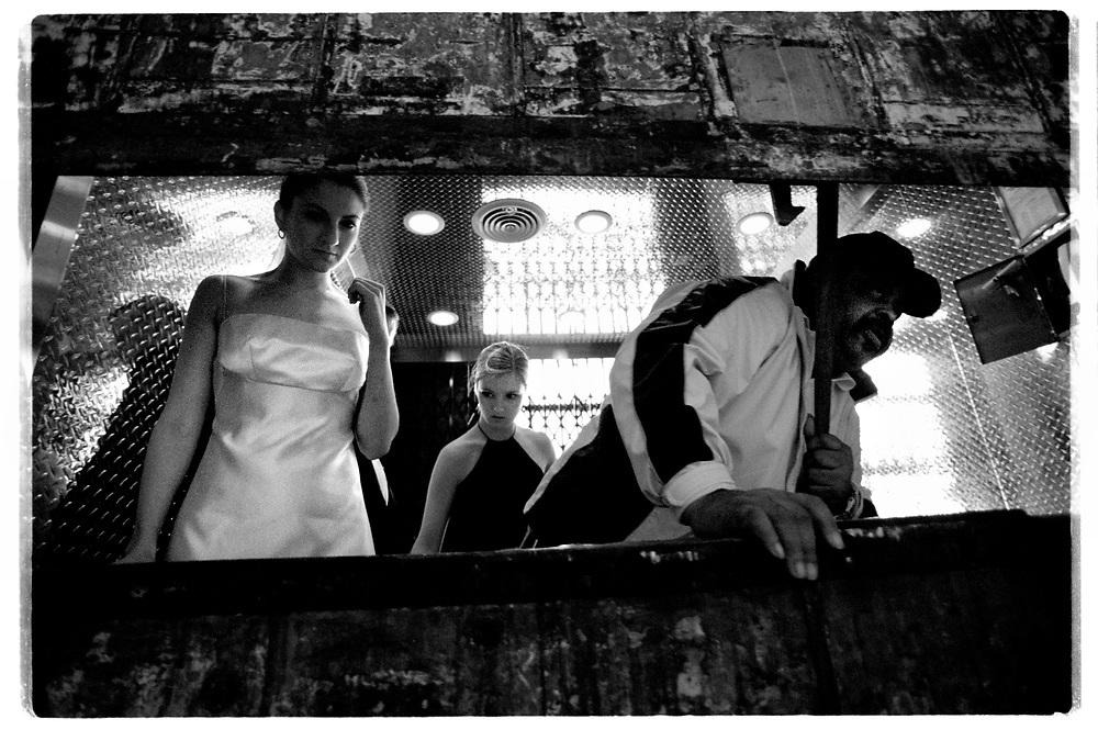 Brudföljet åker i filmstudions varuhiss upp till taket där alla gäster samlats för vigselceremonin...Joby Harold and Tory Tunnell's wedding in New York City..Photographer: Chris Maluszynski /MOMENT
