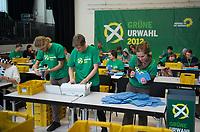 DEU, Deutschland, Germany, Berlin, 07.11.2012:<br />Ausz&auml;hlung der Stimmzettel f&uuml;r die Urwahl des Wahlkampf-Spitzenduos von B&Uuml;NDNIS 90/DIE GR&Uuml;NEN im Uferstudio 1 in Berlin-Wedding. An der Urwahl beteiligten sich knapp 62 Prozent der Parteimitglieder.
