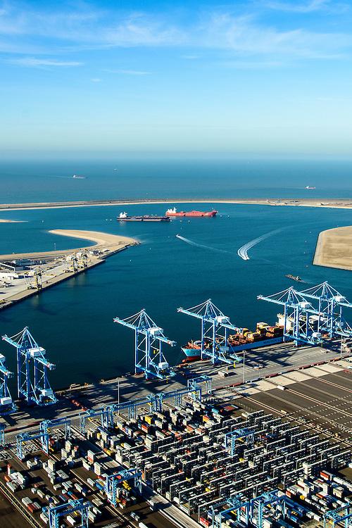 Nederland, Zuid-Holland, Rotterdam, 18-02-2015; Prinsessenhavenweg, Tweede Maasvlakte met Prinses Amaliahaven en Prinses Arianehaven. Containerterminals van  APM Terminals Rotterdam-MV II (APMT) en Rotterdam World Gateway (RWG) in de achtergrond.<br /> Maasvlakte 2 (MV2), extension of the Port of Rotterdam, new harbors and constructing of container terminals.<br /> <br /> luchtfoto (toeslag op standard tarieven);<br /> aerial photo (additional fee required);<br /> copyright foto/photo Siebe Swart