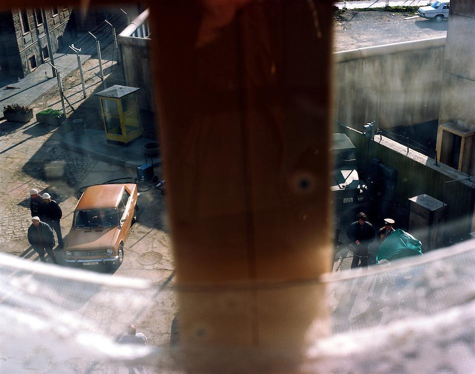 """"""" SONNENALLEE """" - Film von Leander Hauflmann (Regie) und Thomas Brussig (Drehbuch). sowie Detlev Buck. Produktion: Boje + Buck, Berlin.Hier : Grenzgebiet und ‹bergang wurden nach .Originalvorlagen nachgebaut.Dreharbeiten....14.10.1998 Potsdam Babelsberg"""