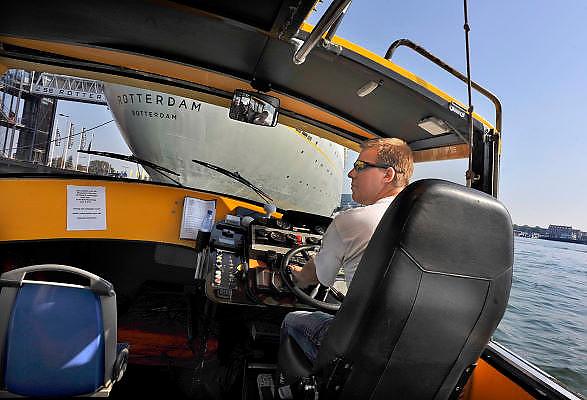 Nederland, Rotterdam, 2-10-2011De bestuurder, stuurman, van een watertaxi meert zijn boot af bij het voormalig cruiseschip de ss rotterdam.Foto: Flip Franssen/Hollandse Hoogte