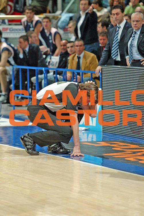 DESCRIZIONE : Bologna Lega A1 2005-06 Fortitudo Climamio Bologna Carpisa Napoli <br /> GIOCATORE : Ramilli<br /> SQUADRA :  Arbitri<br /> EVENTO : Campionato Lega A1 2005-2006<br /> GARA : Fortitudo Climamio Bologna Carpisa Napoli<br /> DATA : 05/03/2006 <br /> CATEGORIA : Arbitro colpito da oggetto<br /> SPORT : Pallacanestro <br /> AUTORE : Agenzia Ciamillo-Castoria/G.Livaldi