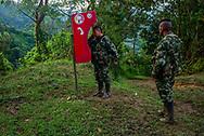 Un guerrillero de las FARC usa un teléfono publico en una región campesina para comunicarse con su familia. <br /> Photo Federico Rios / Native