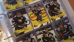 Herlev Eagles<br /> <br /> Officielle Danske Hockey Trading Card. <br /> <br /> 1999-2000 Komplet Danske Ishockey Kort 225 stk.<br /> <br /> 25. Peter Nordström<br /> 26. Rasmus Åradsson<br /> 27. Ole Välipirtti<br /> 28. Mathias Frelin<br /> 29. Bo Larsen<br /> 30. Mikko Miemi<br /> 31. Michel Olsen<br /> 32. Rasmus Jacobsen<br /> 33. Jesper Maribo<br /> 34. Brian Jensen<br /> 35. Carsten Esmark<br /> 36. Rasmus Olsen<br /> 37. Brian Schultz<br /> 38. Christian Jørgensen<br /> 39. Johan Marklund<br /> 40. Rene Sloth<br /> 41. Ronnie Dahlsten<br /> 42. Ronni Thomassen<br /> 43. Thor Dresler<br /> 44. Pål Andersson<br /> 45. Steen Bengtson<br /> <br /> Begrænset komplet sæt på lager. Kontakt: mail@nhcfoto.dk eller tlf. 40277826