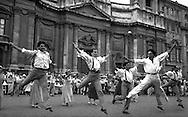 """Roma Settembre 1991.Il Teatro dell''Opera, presenta a piazza Navona lo spettacolo di danza """"Zorba il greco"""", con  il danzatore Raffaele Paganini..Rome September 1991.Theater dell''Opera, has a piazza Navona the spectacle of dance """"Zorba the greek"""" with the dancer Raffaele Paganini"""