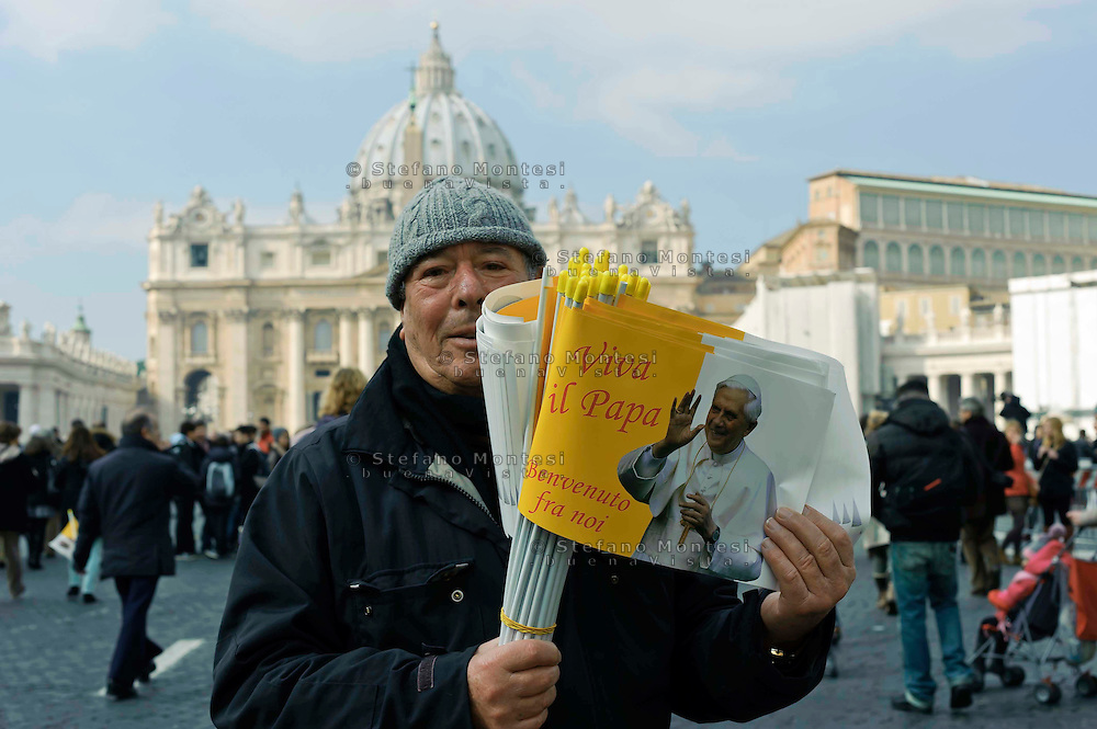 Città del Vaticano 17 Febbraio 2013.La domenica dell'Angelus  del Papa dimissionario..Venditore di bandiere del vaticano con  il volto di papa Benedetto XVI..Rome, February 17, 2013.The Sunday of the Angelus of the Pope resigning.Seller of flags of the Vatican with the face of Pope Benedict XVI