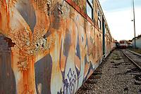 Le Ferrovie del Sud Est nascono in Puglia, nell'ottobre del 1931. A questà nuova società veniva dato in concessione l'insieme delle reti ferroviarie precedentemente gestite da diversi organismi (Società per le Ferrovie Salentine, Società per le Ferrovie Sussidiate, Ferrovie dello Stato)..Le aree pugliesi attraversate dalla società ferroviaria sono l'area barese, la fascia Taranto-Brindisi e l'area leccese-salentina, collegando fra loro i capoluoghi di Bari, Taranto e Lecce, nonché oltre 130 comuni delle province meridionali..Il reportage fotografico sulle Ferrovie Sud Est intende testimoniare l'evoluzione tecnologica che, durante gli anni, ha modificato e migliorato il servizio ferroviario e la convivenza del progresso con tracce del passato, attraverso un viaggio tra le stazioni e i depositi..Il particolare di graffiti su un'automotrice MAN, logorata dal tempo e dalle intemperie.