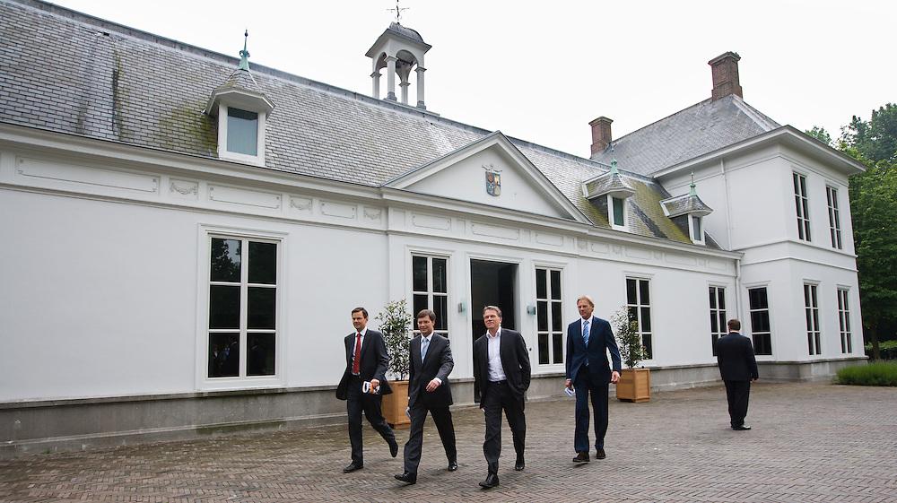 Nederland. Den Haag, 14 juni 2007. <br /> Aankomst Jan Peter Balkenende<br /> Het kabinet presenteert het Beleidsprogramma bij het Catshuis in Den Haag. In het Beleidsprogramma worden de ambities uit het Coalitieakkoord van CDA, PvdA en ChristenUnie concreet uitgewerkt. Daarbij is ook gebruik gemaakt van de ideeen die de bewindslieden de afgelopen maanden hebben opgedaan tijdens de dialoog &ldquo;Samen werken aan Nederland&rdquo;. vlnr Andre Rouvoet ,Jan Peter Balkenende en Wouter Bos verlaten het Catshuis en lopen naar de tent om de persconferentie te houden. Rechts van Bos : Henk Brons, woordvoerder van Balkenende.<br /> Foto Martijn Beekman <br /> NIET VOOR TROUW, AD, TELEGRAAF, NRC EN HET PAROOL