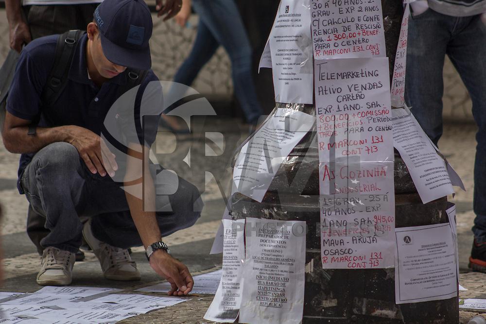 SÃO PAULO, SP, 28.04.2015 - DESEMPREGO AUMENTA PARA 6,2% - Populares observam anúncios de emprego na rua Barão de Itapetininga na República região central de São Paulo nesta terça-feira. Segundo o IBGE, o desemprego ficou em 6,2 em março de 2015 e é maior queda desde Maio de 2011. (Foto: Renato Mendes/Brazil Photo Press)