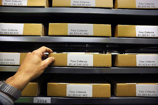 Nederland, Nijmegen, 16-10-2010Landelijke Archieven Dag 2010. In Nijmegen konden belangstellenden een kijkje nemen bij het regionaal Archief. Het depot, de ruimte waar documenten en fotomateriaal gescand worden en de restauratieafdeling hadden open huis.Foto: Flip Franssen/Hollandse Hoogte