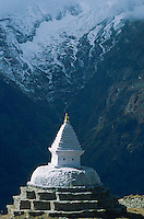 Nepal. Region du Khumbu. Zone de l'Everest. Chorten ou stupa bouddhiste. // Nepal. Khumbu region, Everest area, chorten or stupa (buddhiste monument)