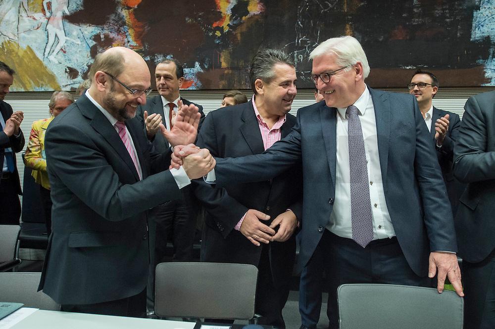 11 FEB 2017, BERLIN/GERMANY:<br /> Martin Schulz, SPD, Kanzlerkandidat, Sigmar Gabriel, SPD, Bundesaussenminister, Frank-Walter Steinmeier, SPD, Kandidat fuer das Amt des Bundespraesidenten, Thomas Oppermann, SPD Fraktionsvorsitzender, (v.L.n.R.), vor Beginn der SPD Fraktionssitzung am Vortag der Bundesversammlung, Reichstagsgebaeude, Deutscher Bundestag<br /> IMAGE: 20170211-02-039<br /> KEYWORDS: Applaus, applaudieren, klatschen, Handshake