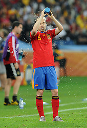 07.07.2010, Moses Mabhida Stadium, Durban, SOUTH AFRICA, Deutschland GER vs Spanien ESP im Bild Andres Iniesta, kühlt sich mit Wasser aus der Flasche ab, EXPA Pictures © 2010, PhotoCredit: EXPA/ InsideFoto/ Perottino *** ATTENTION *** FOR AUSTRIA AND SLOVENIA USE ONLY! / SPORTIDA PHOTO AGENCY