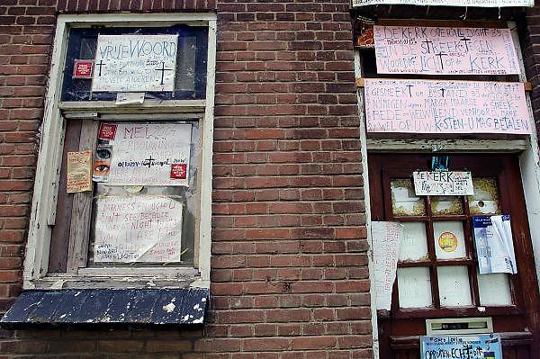Nederland, Beuningen, 16-8-2005Een overspannen bewoner heeft zijn huis volgehangen met spreuken, teksten en andere leuzen die zijn omgenoegen over de gemeente en de maatschappij kenbaar maken.Foto: Flip Franssen
