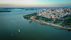 Vista aérea da cidade de Porto Alegre com a Orla Moacyr Scliar em primeiro plano. O Parque Urbano da Orla do Lago Guaíba, foi projetado pelo arquiteto Jaime Lerner, um dos cinco urbanistas mais influentes do século 20. A nova área de lazer e contemplação dos porto-alegrenses tem 1,3 quilômetros e fica entre a Usina do Gasômetro e a Rótula das Cuias.  FOTO: Jefferson Bernardes/ Agência Preview