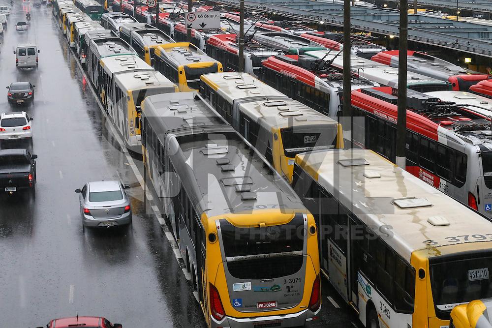 S&Atilde;O PAULO,SP, 18.05.2016 - TRANSPORTE-SP - <br /> &Ocirc;nibus parados no Terminal Parque Dom Pedro, na regi&atilde;o central da capital paulista, na manh&atilde; desta quarta-feira, 18. Motoristas e cobradores do transporte p&uacute;blico municipal de S&atilde;o Paulo paralisam as atividades por duas horas, das 10 &agrave;s 12 horas. Os trabalhadores pedem reajuste salarial.  (Foto: Vanessa Carvalho/Brazil Photo Press)