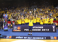 12.04.2015, Brose Arena, Bamberg, GER, Beko Basketball BL, Brose Baskets Bamberg vs EWE Baskets Oldenburg, Top Four 2015, Finale, im Bild Rickey Paulding ( EWE Baskets Oldenburg ) mit dem Pokal im hintergrund das Team der EWE baskets Oldenburg // during the Beko Basketball Bundes league TOP FOUR 2015 final match between Brose Baskets Bamberg and EWE Baskets Oldenburg at the Brose Arena in Bamberg, Germany on 2015/04/12. EXPA Pictures © 2015, PhotoCredit: EXPA/ Eibner-Pressefoto/ Langer<br /> <br /> *****ATTENTION - OUT of GER*****