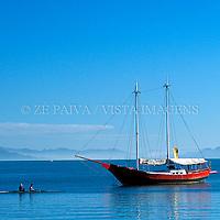 Barco a remo de competicao e escuna de passeio na Baia Norte, Florianopolis, Santa Catarina, Brasil, 19/02/2003