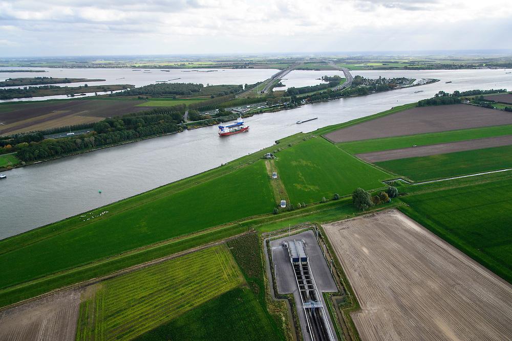 Nederland, Zuid-Holland, Dordrecht, 23-10-2013; Dordtsche Kil schepen varen in de richting Hollandsch DIep , daarnaast evenwijdig rijksweg A16 met brug voor autoverkeer   en de brug van de HSL.<br /> River Dordtsche Kil, shipping towards Hollands Diep, HST bridge and motor traffic bridge.<br /> luchtfoto (toeslag op standaard tarieven);<br /> aerial photo (additional fee required);<br /> copyright foto/photo Siebe Swart.