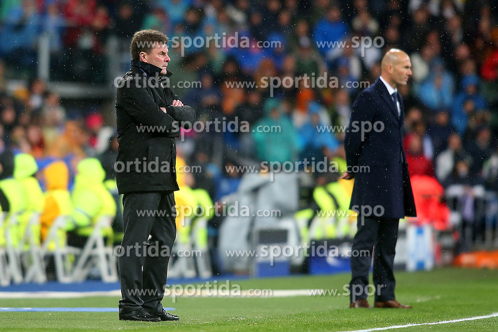 12.04.2016, Estadio Santiago Bernabeu, Madrid, ESP, UEFA CL, Real Madrid vs VfL Wolfsburg, Viertelfinale, Rueckspiel, im Bild Real Madrid's coach Zinedine Zidane (r) and WfL Wolfsburg's coach Dieter Hecking // during the UEFA Champions League Quaterfinal, 2nd Leg match between Real Madrid and VfL Wolfsburg at the Estadio Santiago Bernabeu in Madrid, Spain on 2016/04/12. EXPA Pictures &copy; 2016, PhotoCredit: EXPA/ Alterphotos/ Acero<br /> <br /> *****ATTENTION - OUT of ESP, SUI*****