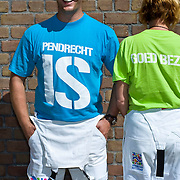 Nederland Rotterdam 04-07-2009 20090704 Foto: David Rozing ..Buurtwerkers tonen tshirt met tekst Pendrecht is goed bezig. Achterstandswijk Pendrecht Rotterdam zuid, leegstaand pand afgesloten met stalen platen, deprived area / projects pendrecht this area is on a list with projects which need help of the government because of degradation in the area etc., projectHolland, The Netherlands, dutch, Pays Bas, Europe  Holland, The Netherlands, dutch, Pays Bas, Europe .Foto: David Rozing