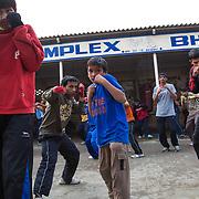 En premier plan une jeune fille (à gauche) et juste derrière un jeune garçon de 9 années, pendant un moment de l'entraînement de l'après midi dans la cour du BBC (Bhiwani Boxing Club) complexe.
