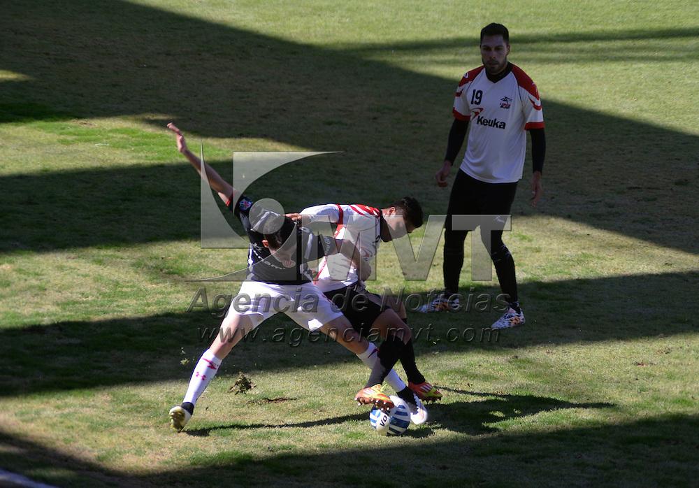 Toluca, México.- Los Diablos Rojos del Toluca tuvieron su segundo partido de preparación rumbo al Clausura 2015, enfrentando a los Lobos BUAP de la Liga de Ascenso, teniendo un marcador final de 3-1, en el Estadio Nemesio Diez.  Agencia MVT / Crisanta Espinosa