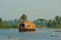 Inde, Etat du Kerala, Allepey, backwaters, houseboat pour touriste construit dans le style des anciens bateaux de transport de riz. // India, Kerala state, Allepey, backwaters, houseboat for tourist