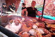 新华社照片,洛杉矶,2017年7月17日<br />     (国际)(2)第十九届年度洛杉矶港口龙虾节<br />     7月16日,一名厨师正烹饪龙虾。<br />     在美国洛杉矶圣佩德罗,大批民众出席了号称世界上最大龙虾节&quot;第十九届年度洛杉矶港口龙虾节&quot;。<br />     新华社发(赵汉荣摄)<br /> A chef prepares lobsters at the 19th Annual Port of Los Angeles Lobster Festival in San Pedro, California, the United States, Sunday, July 16, 2017. The world&rsquo;s largest lobster festival, which has been a Southern California tradition since 1999. The event features fresh Maine lobster, wine and draft beer, free entertainment, live music, shopping, and other culinary delights. (Xinhua/Zhao Hanrong)(Photo by Ringo Chiu)<br /> <br /> Usage Notes: This content is intended for editorial use only. For other uses, additional clearances may be required.