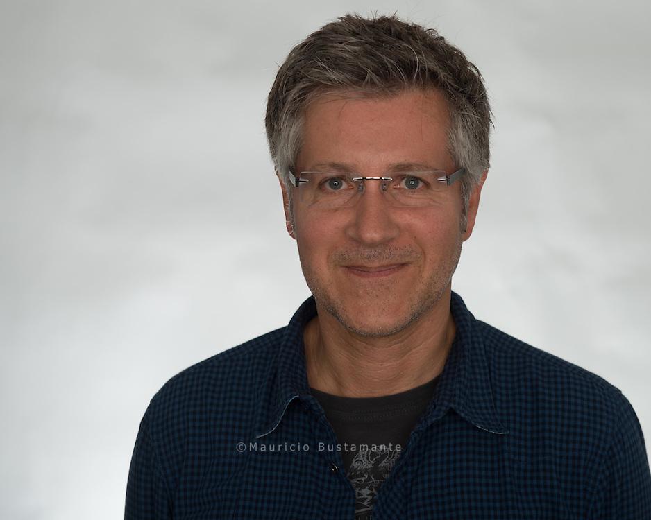 """Stefan Gerdes arbeite als Autor und Moderator für NDR Info in den Redaktionen Jazz und NDR Bigband. Mittlerweile ist er als Redakteur sowohl für das tägliche Nachtclub-Programm sowie die Jazzsendungen auf NDR Info verantwortlich und plant das künstlerische Programm der Konzertreihe """"Jazz im NDR"""" im Rolf-Liebermann-Studio."""